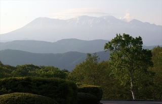 2015.5.26木曽御岳山右側に噴煙が補正_R.jpg