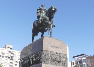 ホセ・アルティガスの騎馬像.jpg