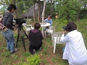 庭での食事風景を撮る.JPG